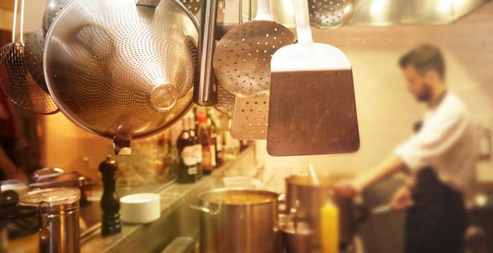 Mindestlohn Gastronomie – selbst Minijobber, wie Küchenhilfen oder kellnernde Studenten, erhalten nun mindestens 9,19 Euro brutto pro Stunde.