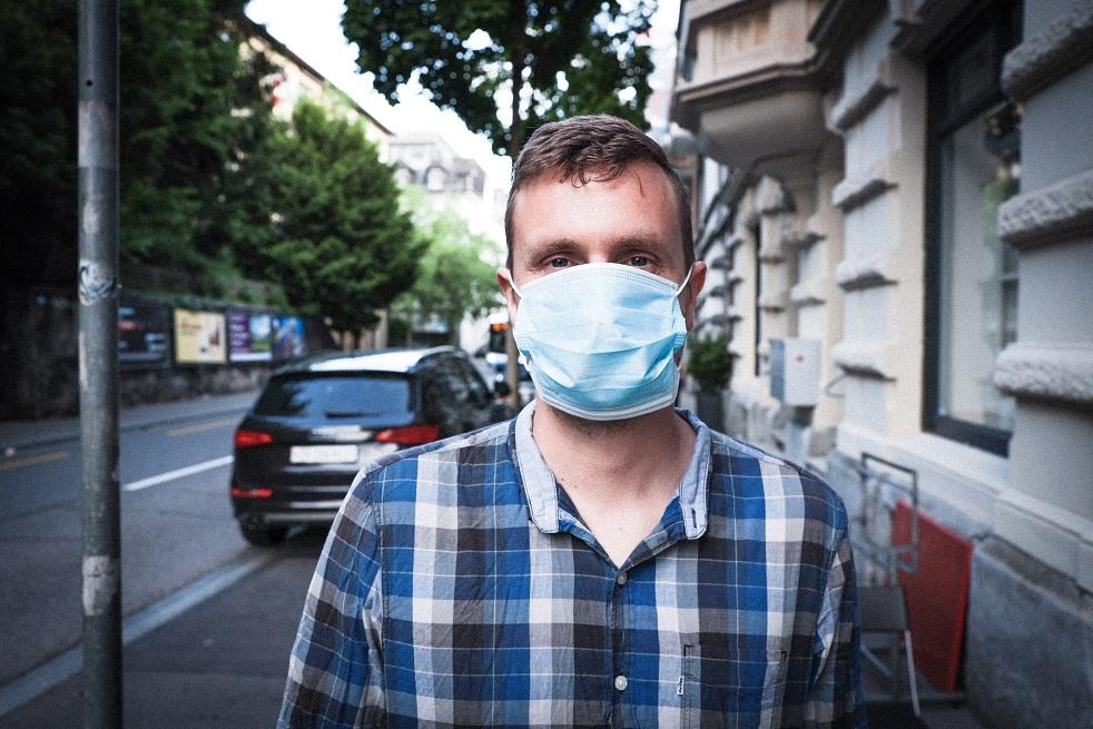 Ein Mann mit einem Mund-Nase-Schutz. Er steht hier stellvertretend für sehr viele Arbeitnehmer in der Coronakrise, die sich Sorgen um ihren Job machen.