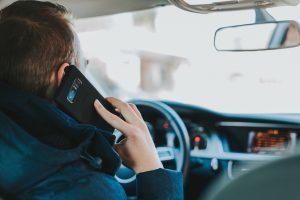 Handy am Steuer: Bußgeld, Punkte in Flensburg und Fahrverbote