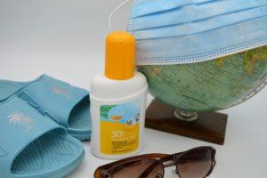 Sonnencreme, Badeschuhe und Mundschutz: Muss ein Arbeitnehmer im Urlaub in Quarantäne, bekommt er die Urlaubstage nur mit Krankschreibung zurück.
