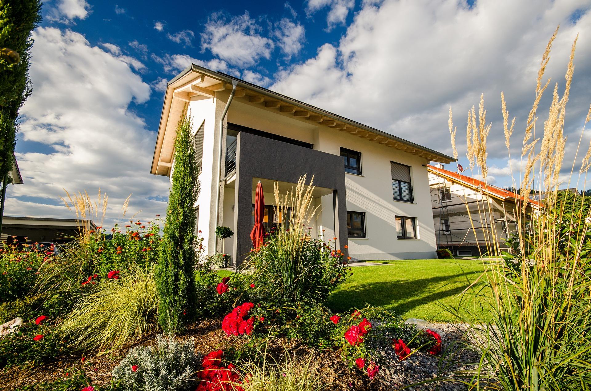 Ein Einfamilienhaus, das seine Erschließungskosten bezahlt haben muss, damit es von einem Busch aus in einem Dutch-Angle fotografiert werden kann.