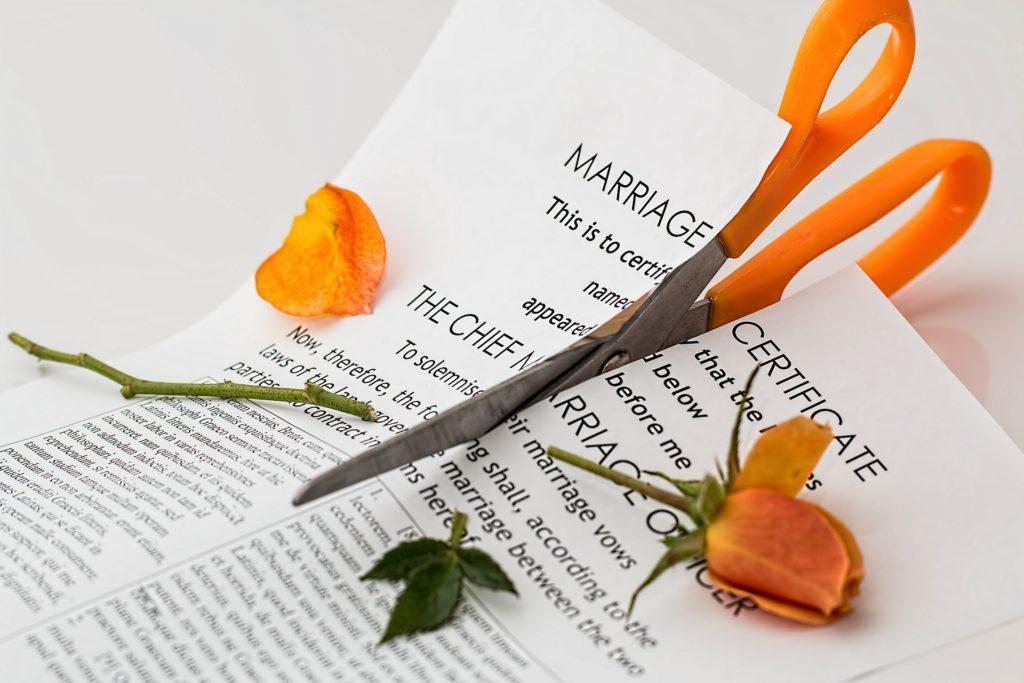 Ein zerschnittener internationaler Ehevertrag.