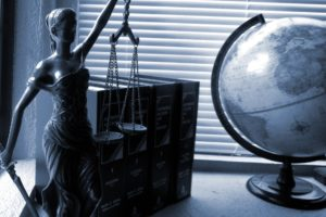Justizia und Gesetzbücher: Wer vor Gericht muss, profitiert von unserem kostenlosen bundesweiten Anwaltsverzeichnis.