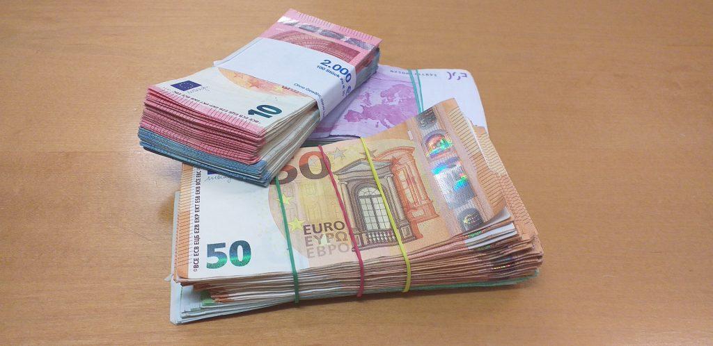 Ein Bündel Euro-Banknoten auf einem Tisch. Das Bild steht stellvertretend für die immensen Geldbeträge, um die es im Mietrecht teils geht.