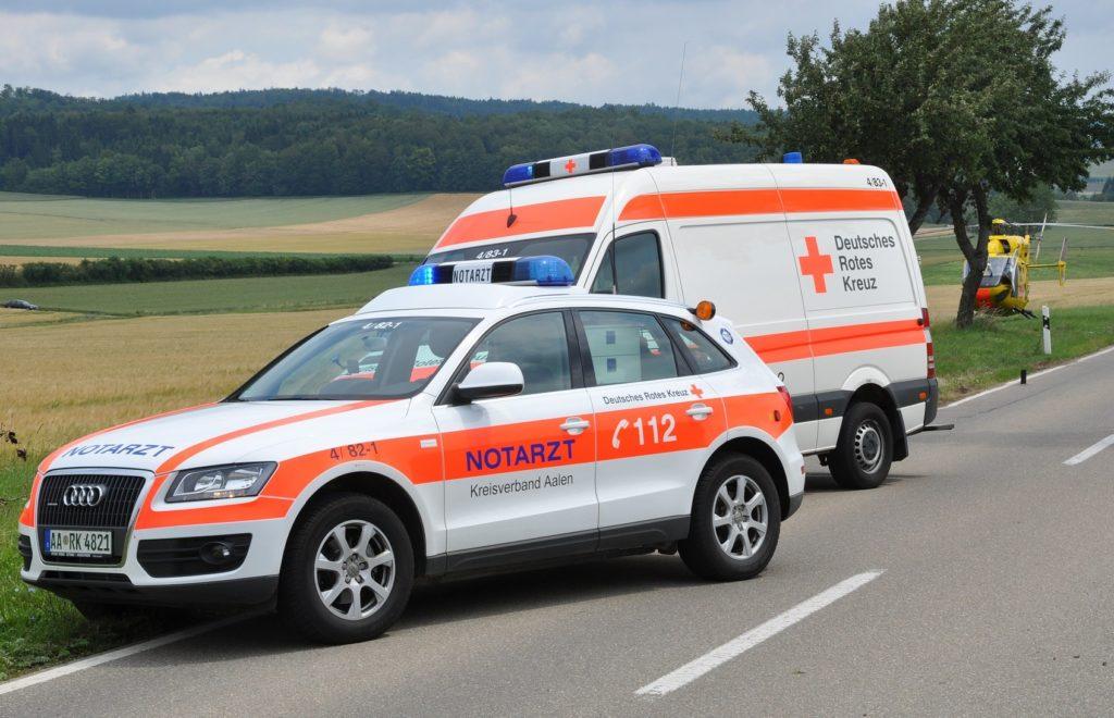 Einsatz von Notarzt und Rettungswagen bei Motorradunfall.