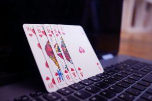 Online-Glücksspiel: Sowohl bei Casinos als auch bei Sportwetten bekommt man oft Geld zurück.