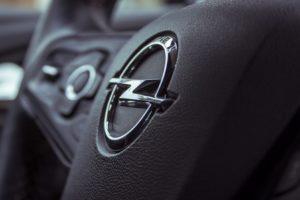 Opel-Lenkrad: Der Konzern kommt im Abgasskandal mit einer milden Strafe davon.