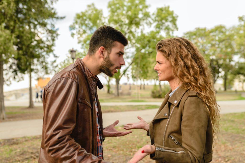 Einen Rosenkrieg sollten Sie in der Scheidung vermeiden.