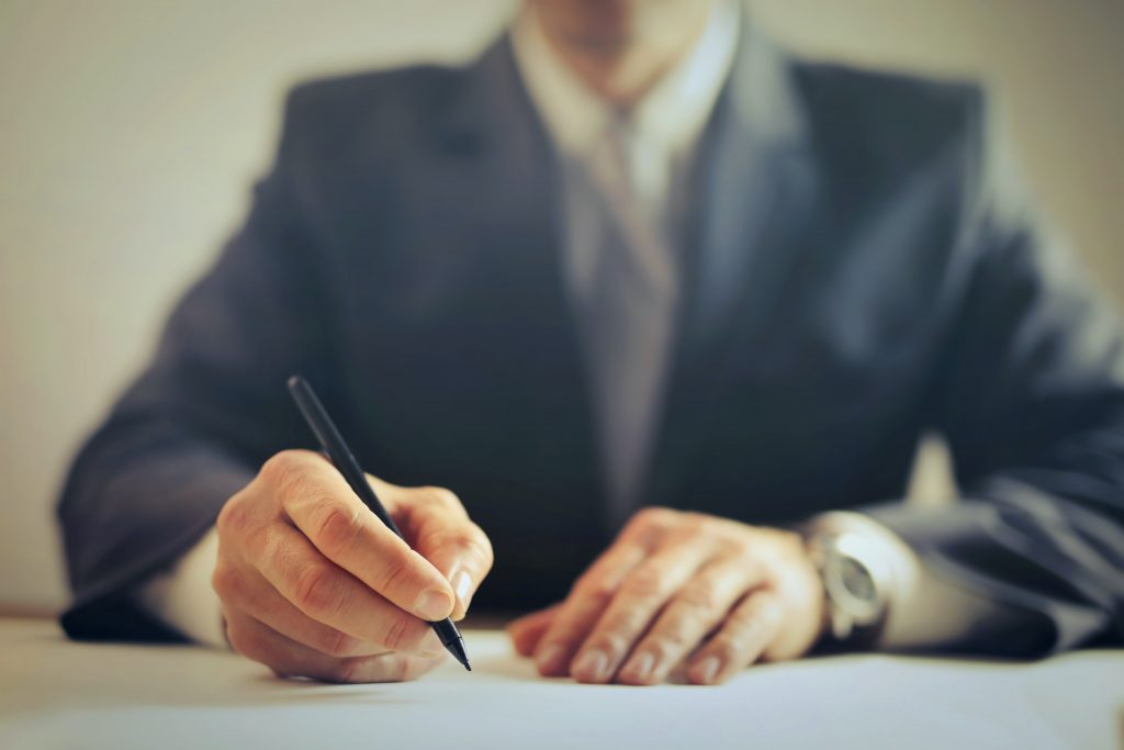 Um Kosten in Ihrer Scheidung zu sparen, beauftragen Sie nur einen Anwalt.