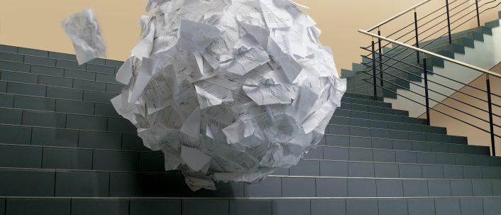 Werbemüll: Prospekte und kostenlose Zeitungen im Flur und vor der Haustür