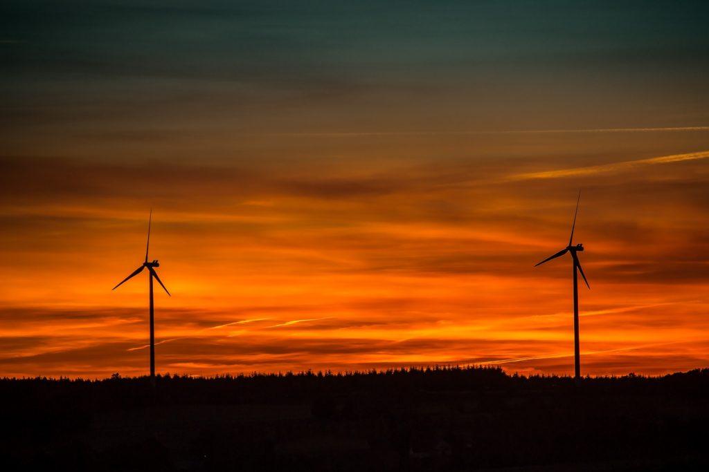 Windkraft-Anlage im Sonnenuntergang. Manchmal geht aber auch bei geschlossenen Fonds das Licht aus.